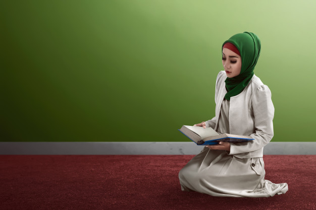 woman-reading-koran_9083-840